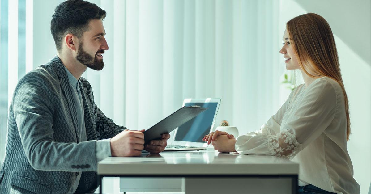 O que deve ser identificado na identidade da secretária na entrevista ?