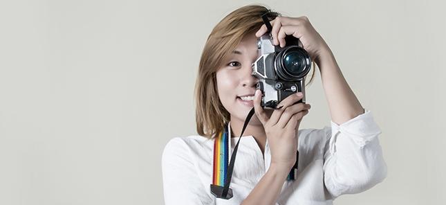 Fotógrafa com a camera na mão