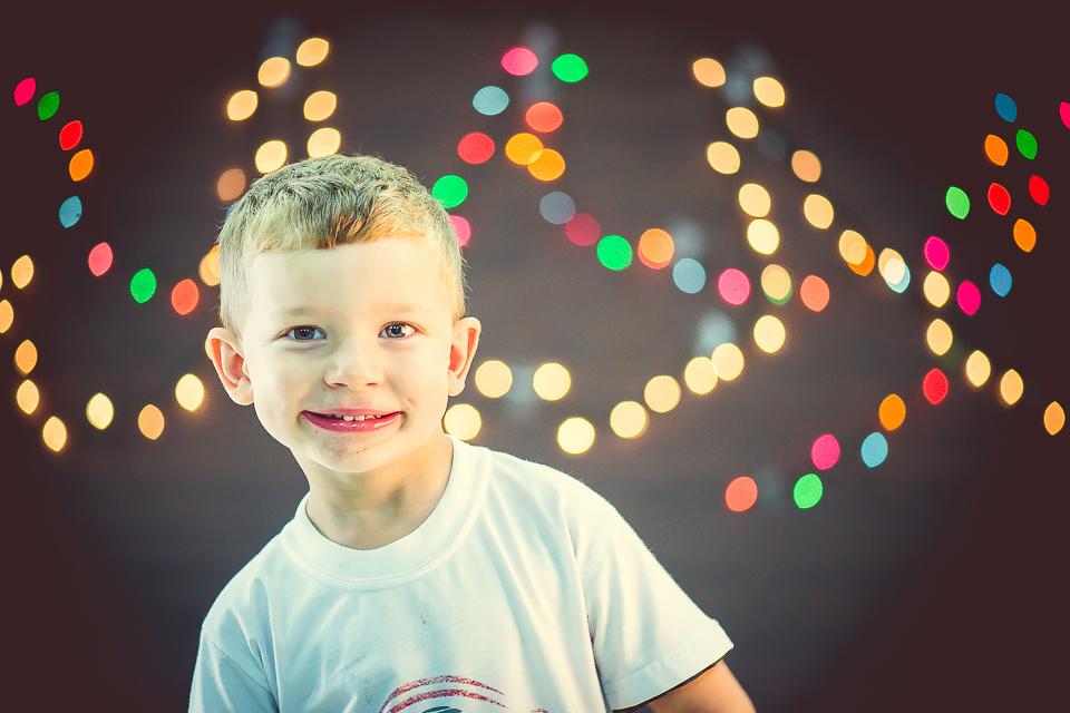 Foto de criança sorrindo com efeito bokeh